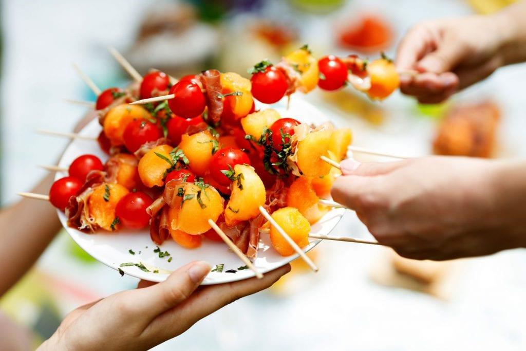 Brochettes melon, tomates et jambon cru