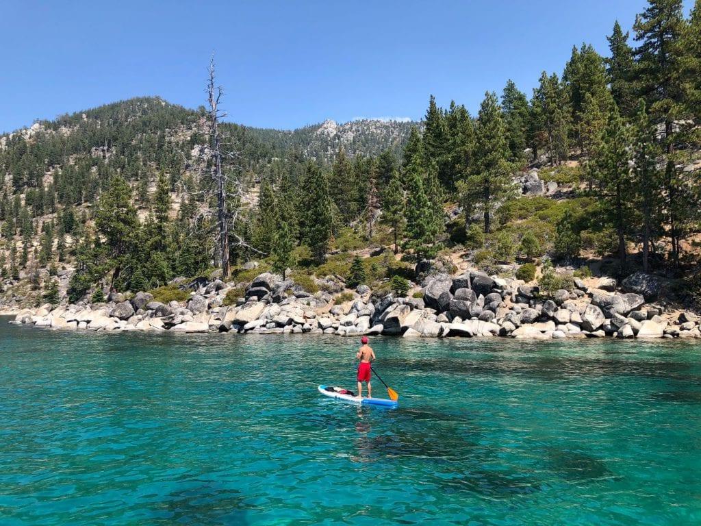 Paddle sur lac en bordure de forêt
