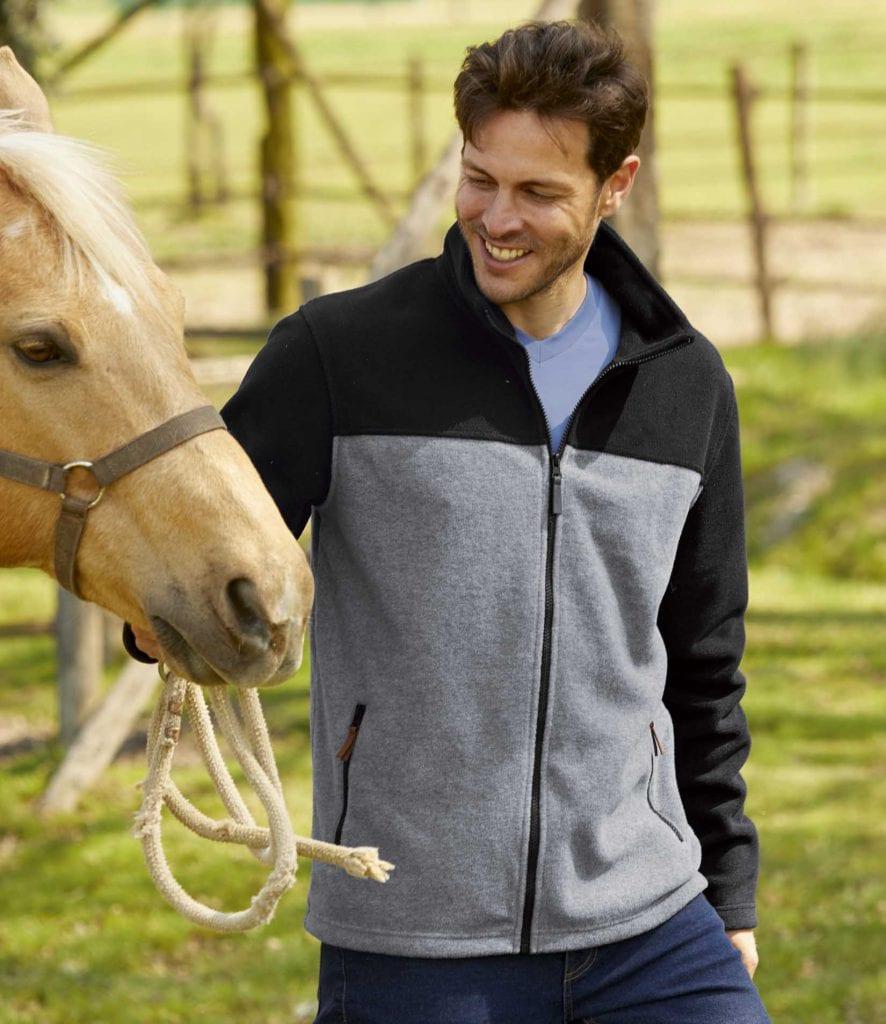 Un homme se balade avec un cheval