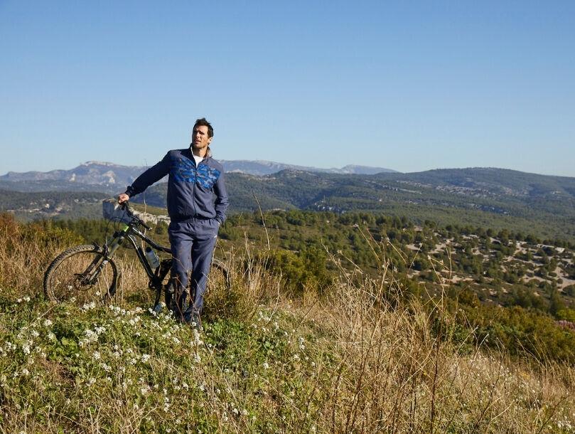 homme champs montagne vélo